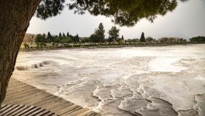 Nános travertinu, který je obsažen ve vodě vyvěrající díky tektonické činnosti