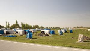 Cikánské osady okolo cest jsou k vidění docela často