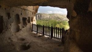 Pohled z okna skalního útvaru Selime Cathedral