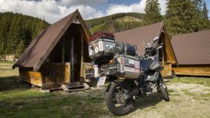 Ubytování ve srubu na křižovatce silnic 67C a 7A, nachází se v nadmořské výšce 1350 m.n.m.