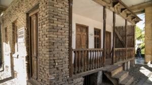 Údajně původní domek, ve kterém se Stalin narodil. Dnes je nad ním postaven přístřešek obložený mramorem, aby na domek nepršelo