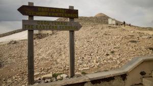 Směrovky ukazující na chodník k vrcholu hory Nemrut