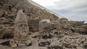 Kamenné sochy pod uměle vytvořeným vrcholem hory Nemrut
