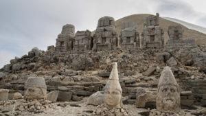 Kamenné sochy pod uměle vytvořeným vrcholem hory Nemrut.