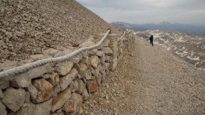 Turistický chodník okolo uměle vytvořeného vrcholu hory Nemrut