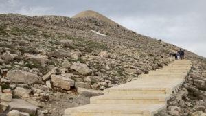 Pohled na uměle vytvořený vrchol hory Nemrut a vydlážděný chodník k němu