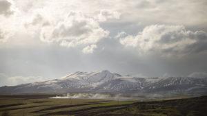 Pohled na zasněžonou nečinnou sopku nad městem Tatvan, v jehož kaldeře je dnes jezero