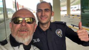Turecký policista na přechodu s Íránem mi přál při pokusu o vstup do Íránu hodně štěstí, ale nakonec mi to nebylo nic platné