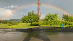 Duha nad Malko Tarnovo, ale vpravo odtud metaly blesky