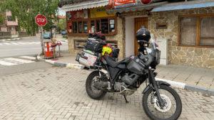 Na snídaní po vyjetí z kempu v Bulharsku
