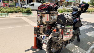 Při vyřizování SIM karty jsem nechal motorku i s přilbou takto na ulici několik hodin