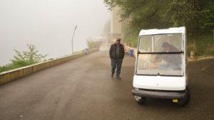 Než jsem ho stačil vypít, mraky spadly, viditelnost byla jen pár metrů, a začalo silně pršet. Měl jsem na sobě nepromokavou bundu z motorky a šel jsem zpět k parkovišti. Cestou jsem ještě zastavil i minibusů (maršut) a řidičů jsem se ptal, jestli má vůbec smysl vydat se k hornímu jezeru. Pochopitelně to smysl nemělo.