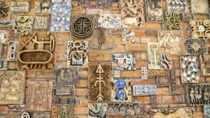 Mozaika na stěně budovy, která stojí za hradbami budovy paláce.