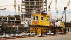 Stavba nového mrakodrapu nad osobním přístavem.