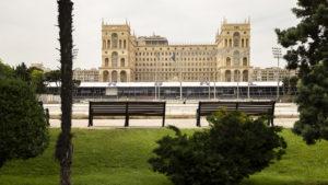 Budova parlamentu v Baku a před ní tribuna a boxy po závodech Formule 1. Někdo mi psal, že tu pár měsíců po velké ceně nebudou. Teď to bylo od konce velké ceny měsíc.