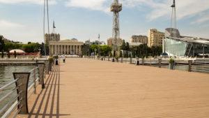 Pohled z mola nad Kaspickým mořem na budovu muzea v pozadí.