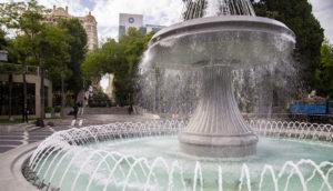 Bulvár i staré centrum města zdobí několik krásných fontán.