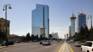 Druhého dne jsem se byl projít ve městě, zvláště na bulvár, kde jsem si nafotitl všechny ty mrakodrapy, známé z fotografií na internetu a podobně. Přitom jsem také sháněl prodejnu Apple, jelikož jsem mou nabíječku na notebook zapomněl v ubytování v Šeki a teprve v Baku, tedy o 400 km dále, jsem to zjistil.