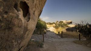 Chodníky okolo skal, na kterých jsou malby dávné civilizace.