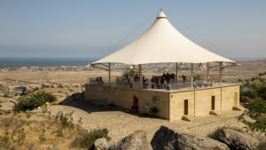 Zastřešená vyhlídka muzea dávné civilizace nad městem Gobustan. I odtud je pěkný výhled na Kaspické moře.
