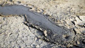 Nebylo to sice co jsem čekal, ale jeden malý vyvěrající pramen ropy a jeden malý bahenní vulkán jsem si vyfotil.