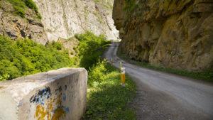 Silnice do obce Chinaliq.
