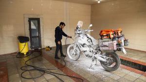 Po výletu v horách ve špatném počasí, potřebovala motorka pořádnou očistu!