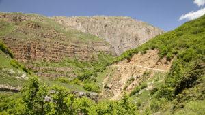 Pohled na kaňon a silnici do obce Chinaliq.