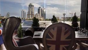 Pohled z restaurace kde jsem obědval na výškové budovy s mešitou v popředí.