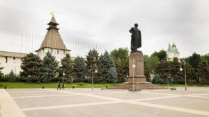 Socha V.I. Lenina na náměstí v Astrachani.
