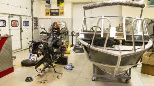 V servisu Yamaha, kde na opravy motocyklů nejsou vůbec zařízení! Servis se specializuje na lodní motory téže značky.