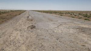 Povrch cesty byl velmi špatný. Ostré hrany asfaltu jsou pro motorku asi to nejhorší a hodně lidí tu dokonce polámalo rám.