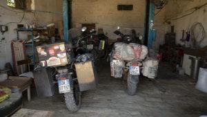 V ubytování Uncle Lesha měli kluci takto zaparkované motorky.