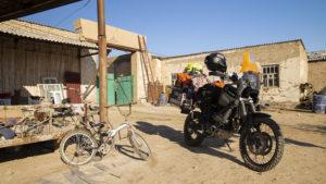 Na dvorku ubytování v poušti. Než jsem motorku vytáhl, Angláni už šlapali do pedálů.