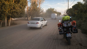 Cesty v Uzbekistánu jsou většinou prašné a s mnoha dírami. Tady konkrétně prašná cesta v obci. A to zrovna neprojel kamion!