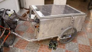 Za elektrokoly měli takovéto přívěsy se solárním panelem na víku vozíku.