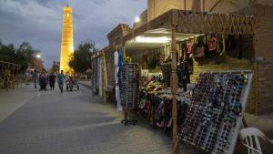 Večerní tržnice ve starém městě.