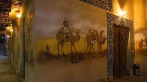 Malby na stěnách restaurace.