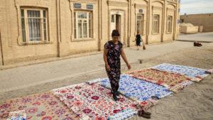 Prodavačky před bývalým harémem připravovaly nabídku koberců.