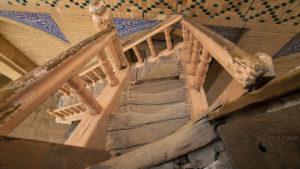 Dřevěné schodiště ke vstupu do strážní věže.