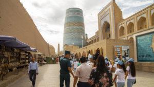 Hned za bránou Ata darvaza je nedostavěný minaret Kalta Minor.