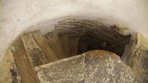 Schodiště ve strážní věži je velice příkré a úzké a mám za to, že bylo konstruováno pro jednu osobu.