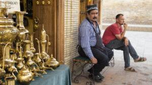 Kovář před svým krámkem, ve kterém prodával krásné historické zbraně.
