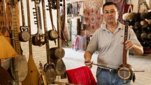 Tento pán vyráběl hudební nástroje a tu je nejen prodával. O chviličku později tu zastavila organizovaná skupina asiatů a pán jim dával výklad i zahrál.