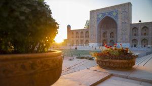 Západ slunce na náměstí Registan.